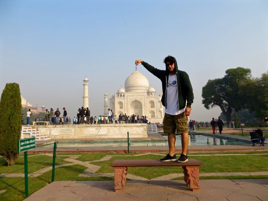 AMAZING PIC A MAN TRY TO HOLD TAJ MAHAL